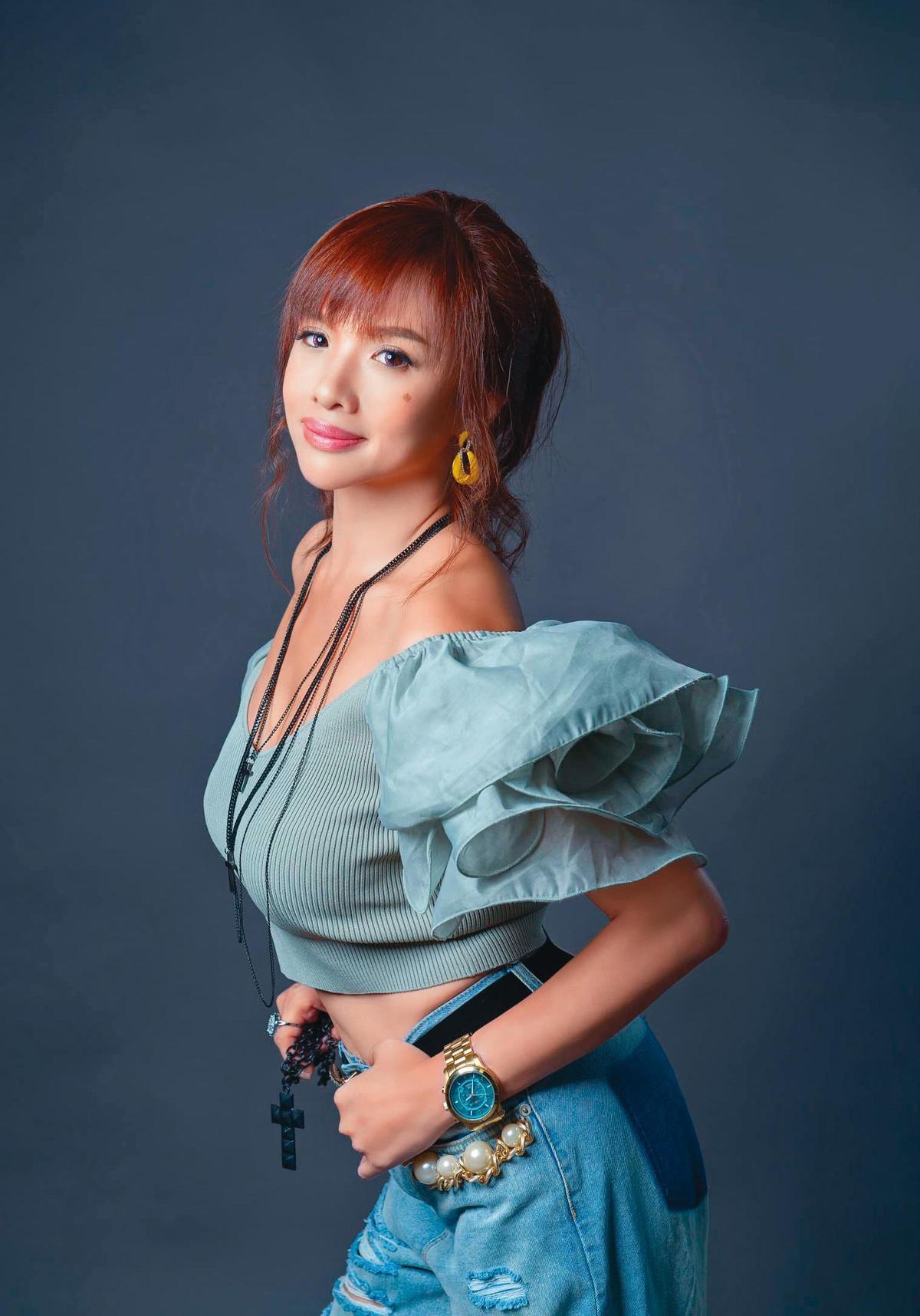 劉至翰的第二任妻子Vivian(黃曉潔)簽約經紀人正式出道,將加盟東森購物。(翻攝自黃曉潔臉書)
