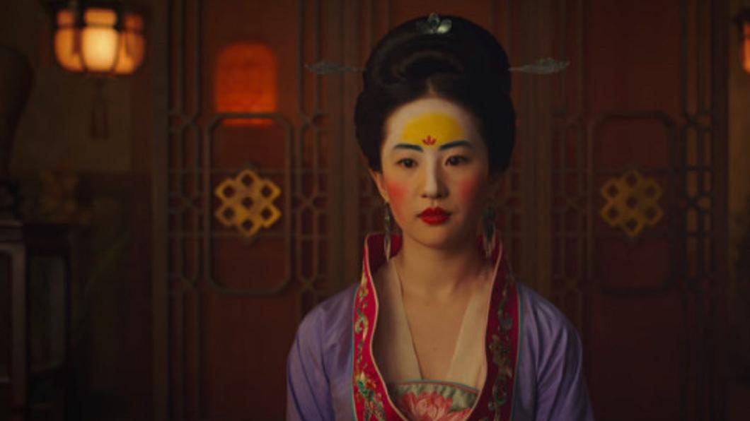由大陸演員劉亦菲主演的迪士尼真人版《花木蘭》妝容惹議。圖/翻攝迪士尼推特《花木蘭》預告片