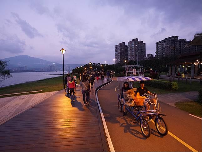 八里左岸公園平日是許多民眾喜愛的休閒去處,在14日將成為放水燈的會場。圖:新北市觀光旅遊網/翻攝