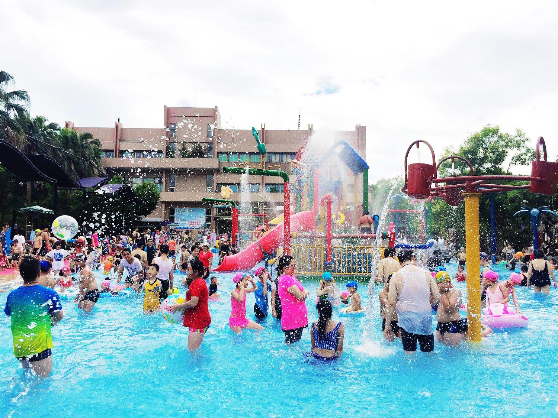 「水鄉庭園」是台北每年夏天最受歡迎的大型玩水地點之一,裡面有兒童溜滑梯、滑水道等遊戲設施,各式水柱噴出水花、水瀑清涼消暑。圖:台北市自來水營業處/提供
