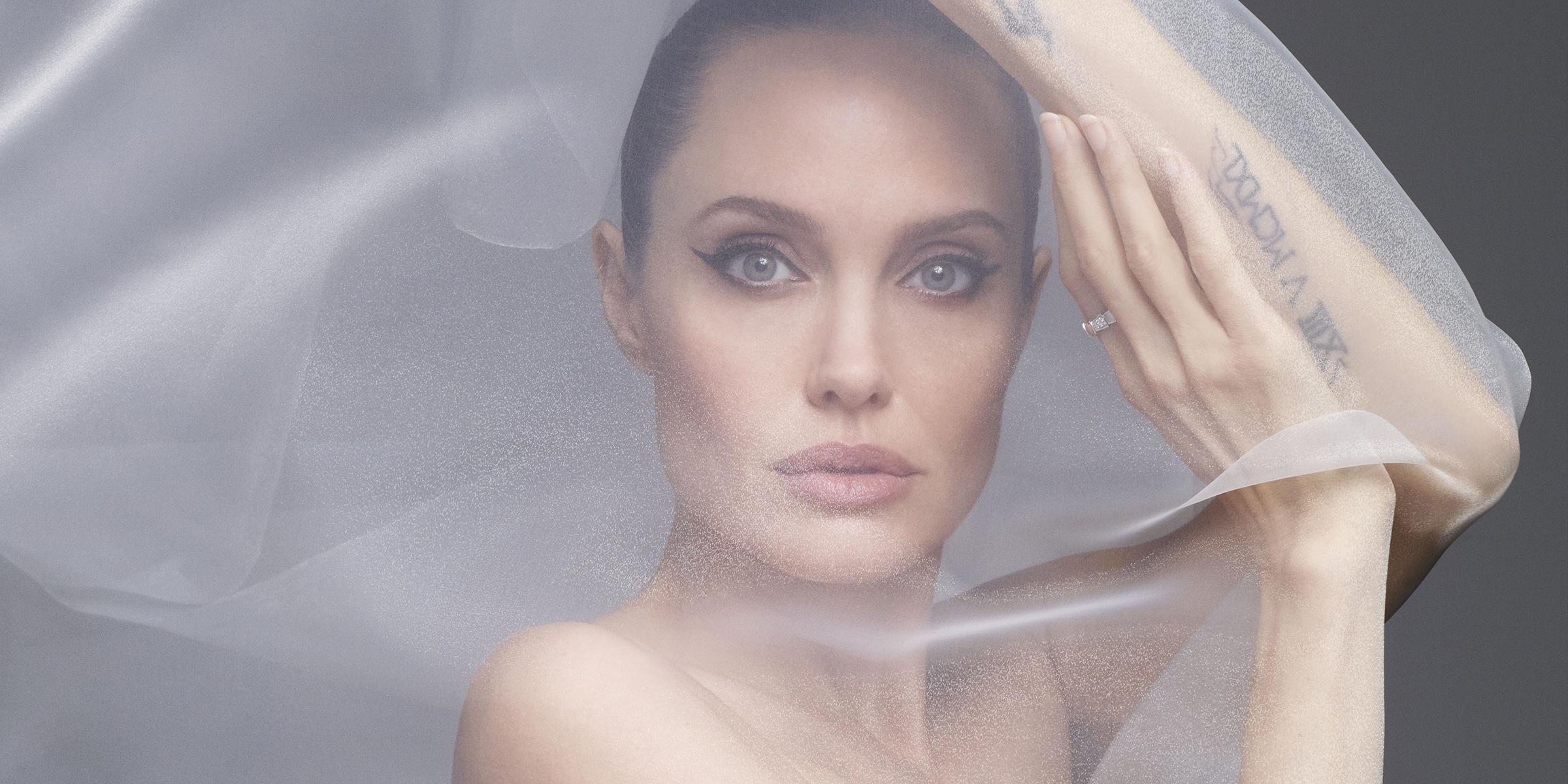 ▲裘莉「全裸」上封面。(圖/翻攝Harper's Bazaar官網)