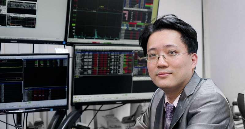 頂著交大電機博士學位及證券期貨雙分析師執照的麥克老師建議新手投資人要有正確的投資觀念,願意下功夫研究,來找到適合自己的投資工具。(圖/股票王FB)