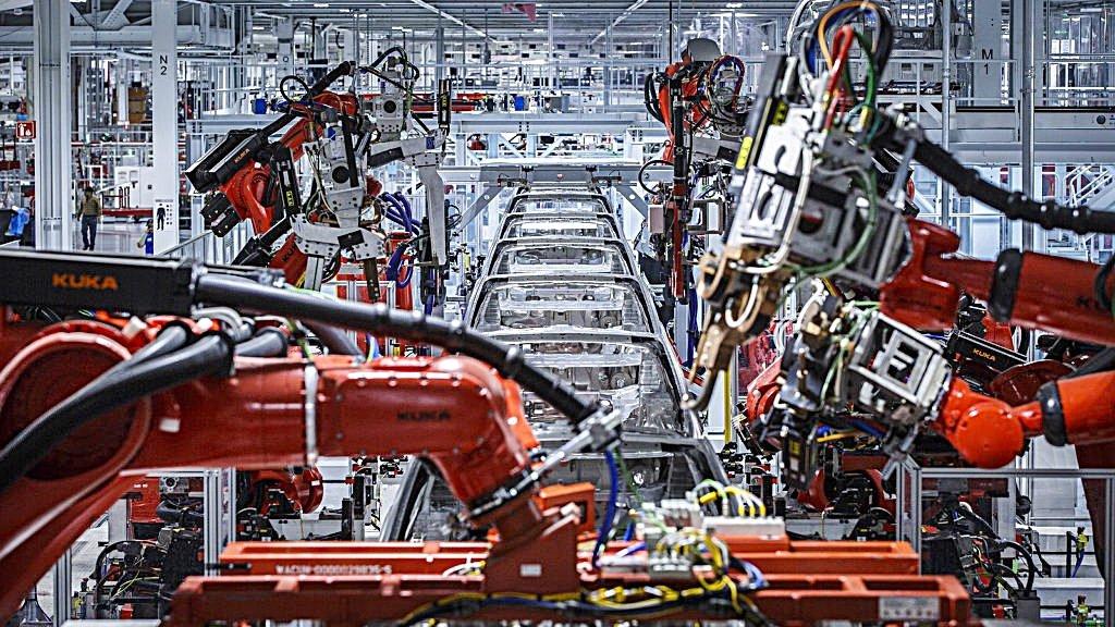 TESLA靠著中國扭轉頹勢?本周上海工廠首批Model 3開始下線交車讓