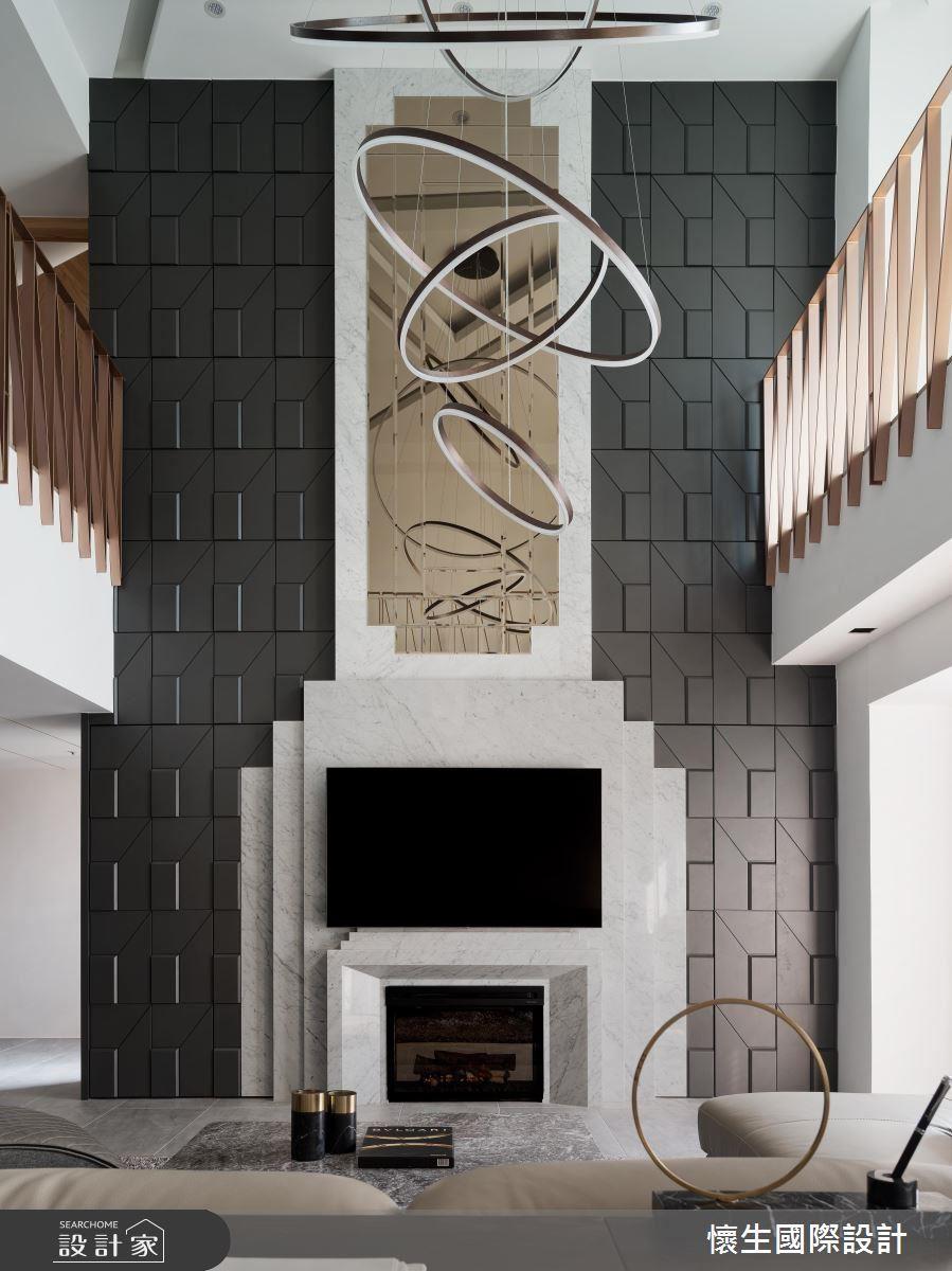 電視牆兩側謹慎的依循飾板線條納入隱藏設計,成為大量物件收納的完美場域。