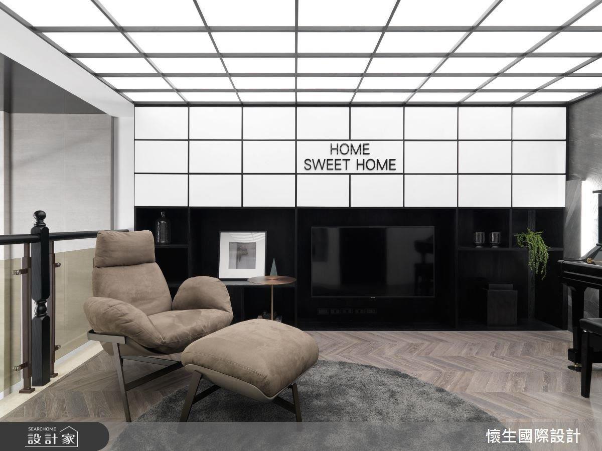 另闢起居空間,也是家人間互動的好方法,開放式琴房鋪上木地板、放上一張舒適單椅,便能成為機動性極高的休憩區域,更能兼具遊戲間、客房機能。