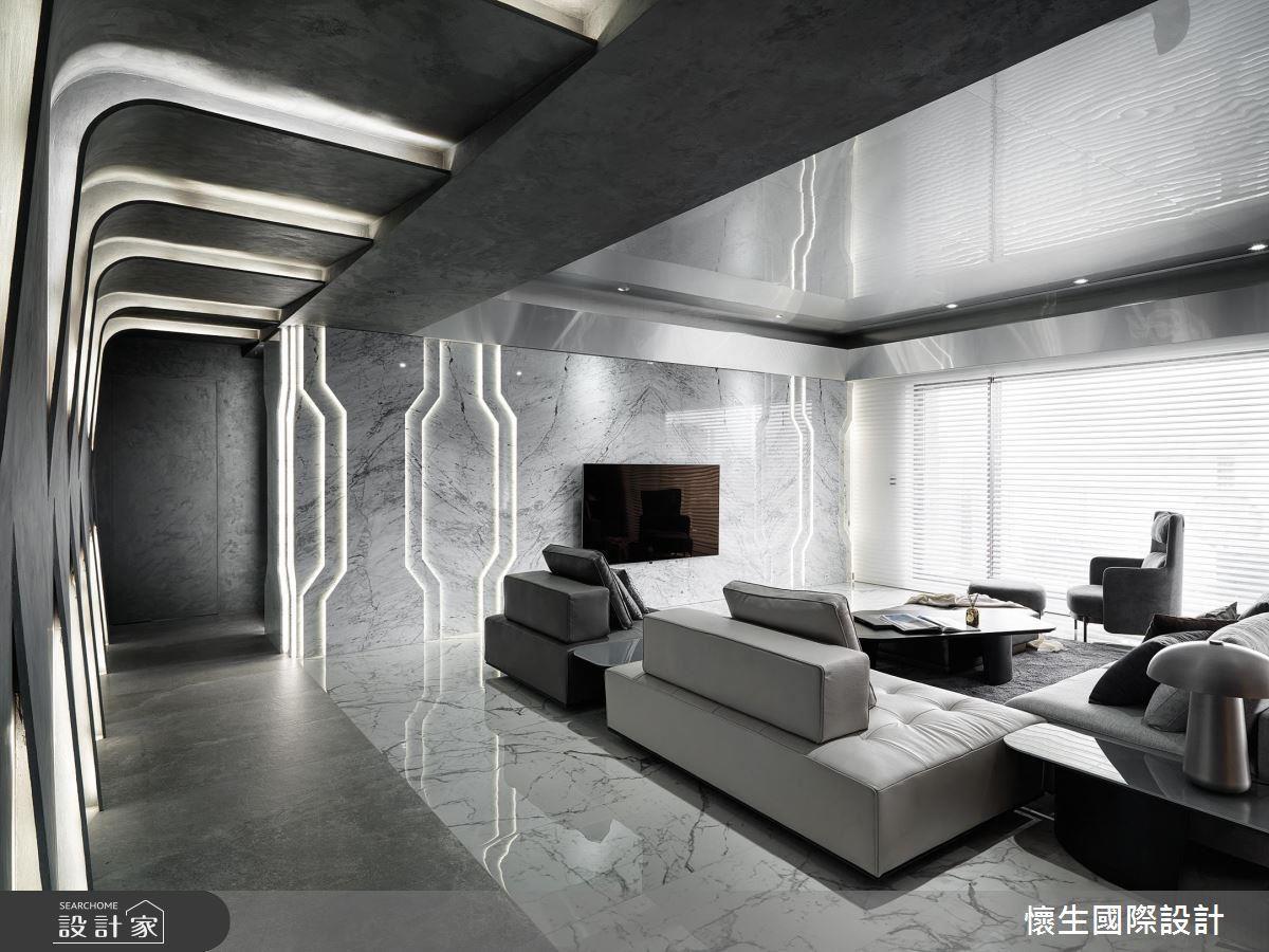 以本案為例,前衛的屋主希望跳脫廊道放白的既定印象,因此設計師以燈光與建材交錯的幾何設計搭配金屬天花板,讓大坪數的屋案更顯氣勢。