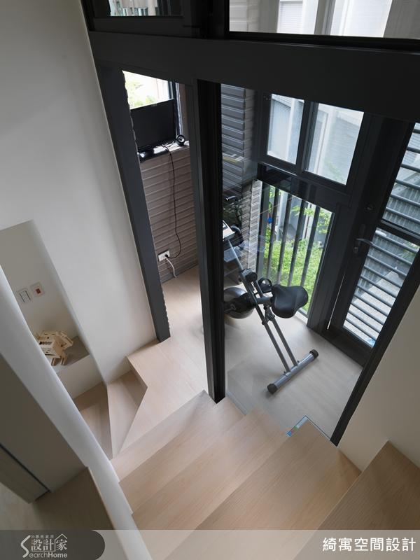 把原有的落地窗拆除,連結樓梯與陽台的空間,創造一致性的健身空間。