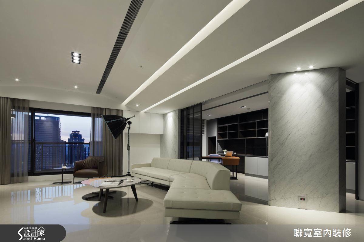 斜面大理石、不規則走向的沙發,還有超吸睛的攝影棚燈,在大器的客廳裡創造出獨一無二的空間樂趣。