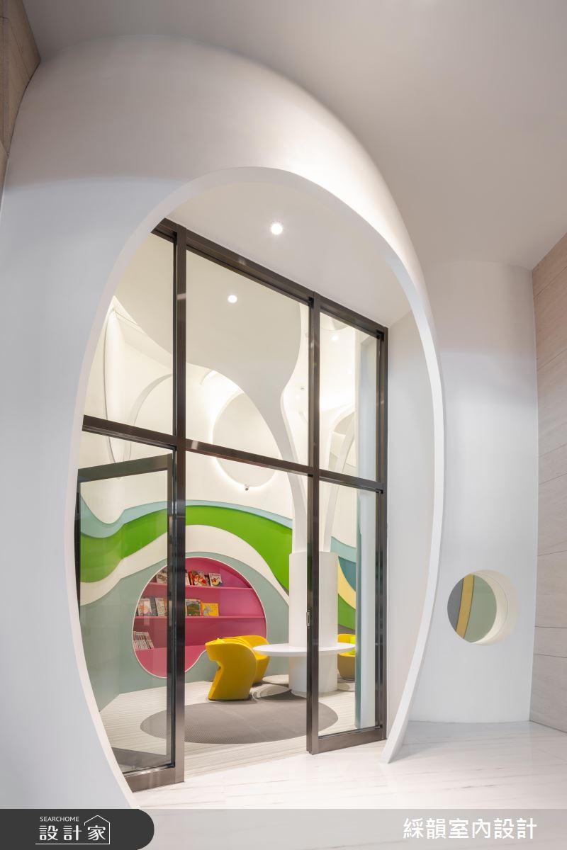 繽紛意象與童趣彩虹,隱遁於兒童圖書室的躍動色彩