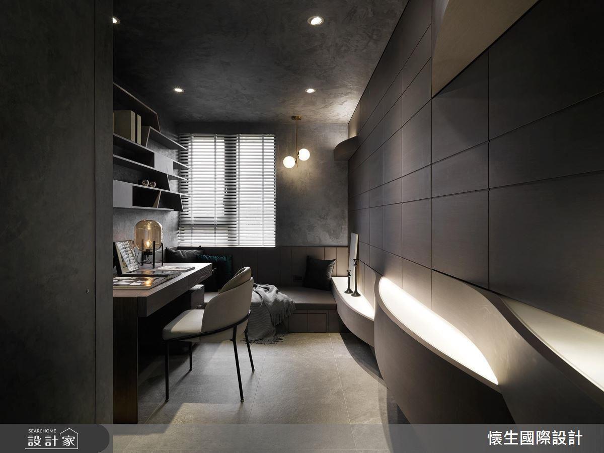 設計師善用電視牆後方空間,設計搭載充足收納與休憩功能的書房空間,貼近電視牆的牆面更刻意做出整片波浪造型的隱形收納櫃。