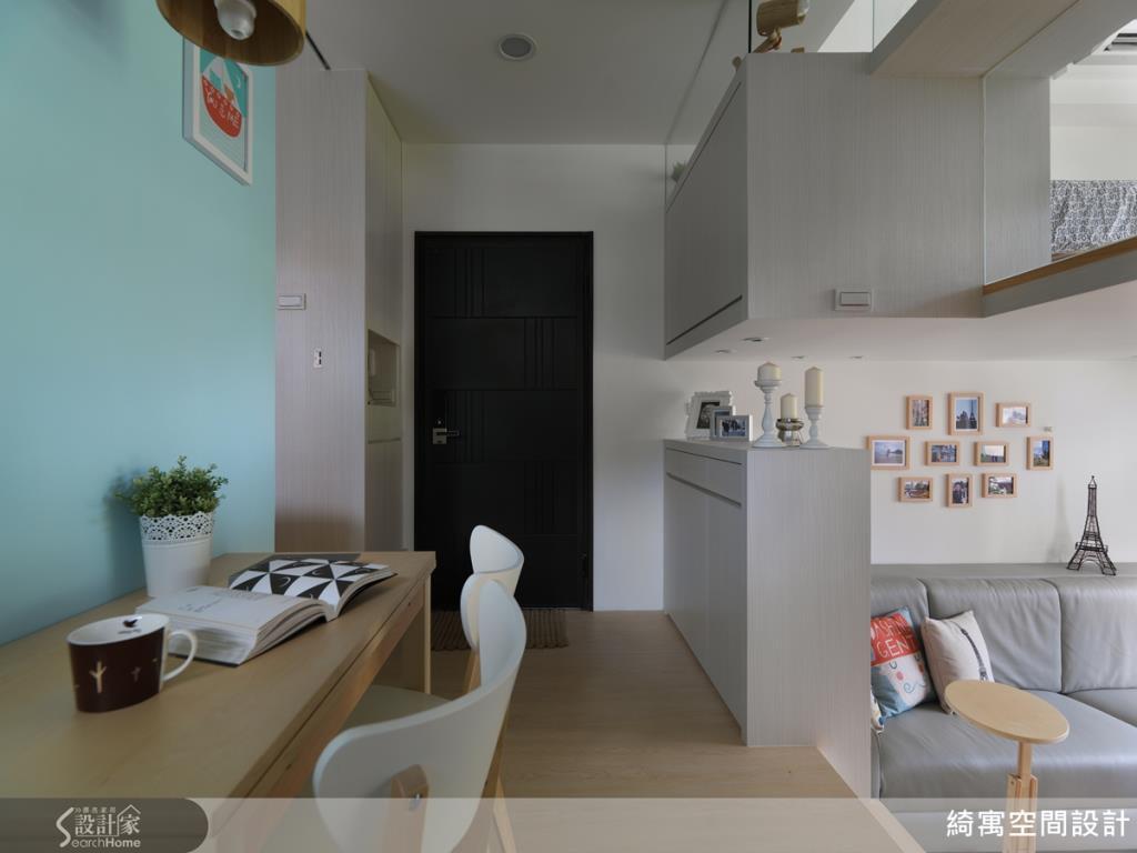玄關處的櫃體,設計成最上方與中間為空的配置,讓光線能自然穿透,使室內空間顯得明亮。