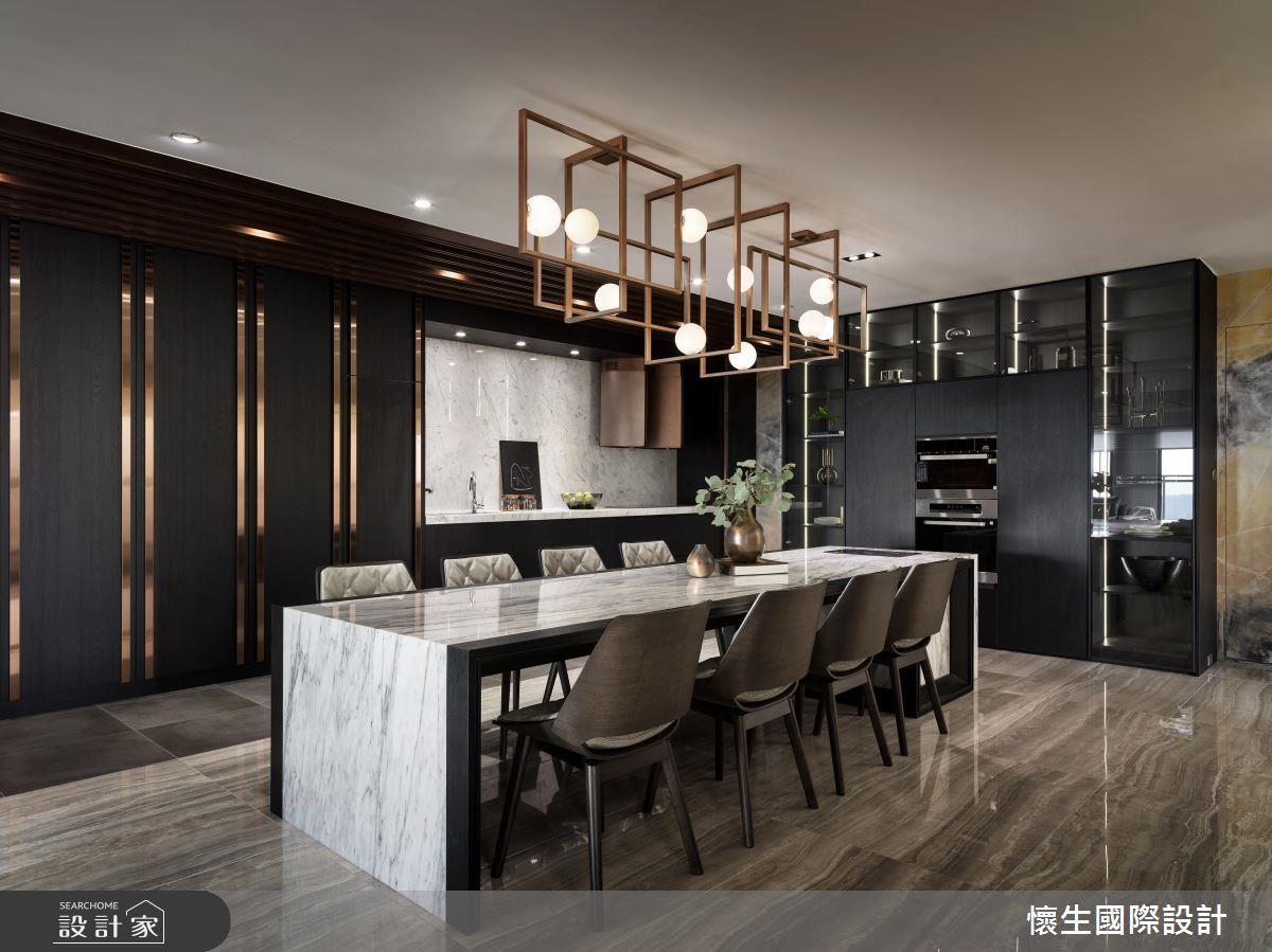 客廳與餐廚空間呈通透動線串聯,達到開放空間的完美應用,搭佐充足機櫃收納,讓身處公共空間的家族成員擁有絲毫不顯擁擠的共享時光。