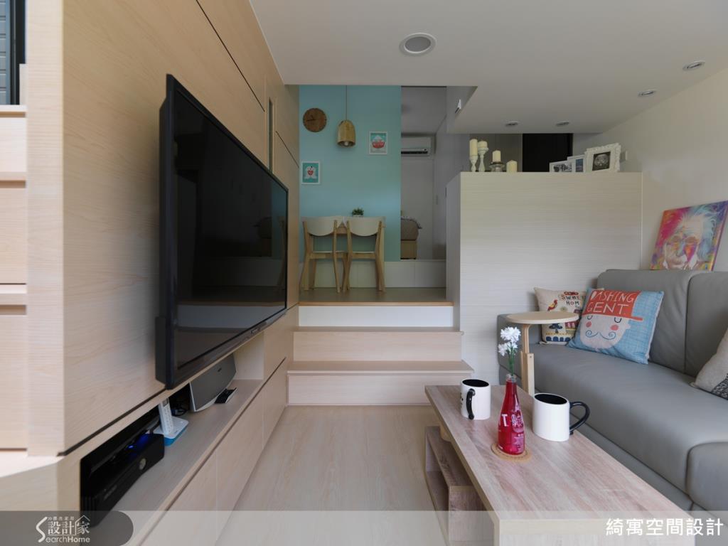 打造出多機能的雙面電視牆,整合樓梯、收納抽拉、衣櫃與冰箱櫃等各種零散機能,使小空間的機能滴水不漏。