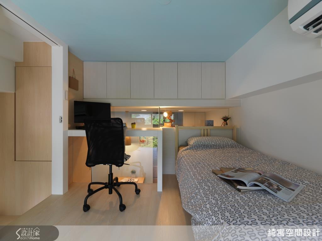 用櫃體修飾天花板大樑,增加收納空間方便收納取用,再利用藍白色系,創造空間的清爽感。