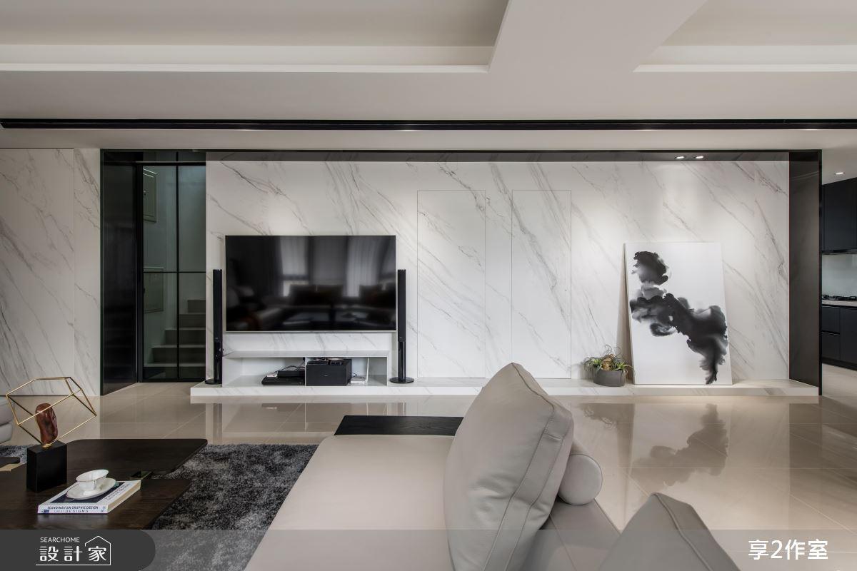 客廳電視牆的多重妙用!樓梯、衛浴的神奇隱形術