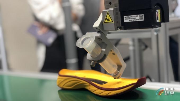 奇景光電與清遠廣碩合作的3D視覺輔助智慧彈性噴膠。(鉅亨網記者魏志豪攝)