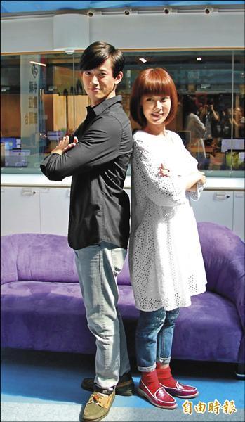 吳慷仁(左)與李維維出席新戲「謠言遊戲」造勢運動。(記者曾德蓉攝)