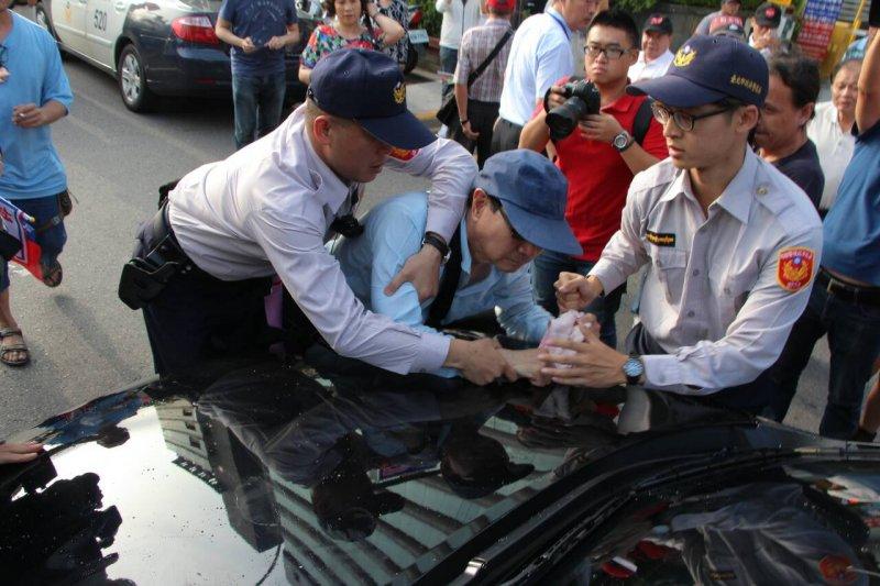 HNDMF國民黨通過舉行臨全會換柱,憤怒的挺柱民眾與警方爆炸推擠,並投擲水瓶砸車趴在車上阻擋去路。(葉信菉攝).JPG