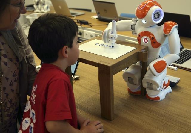 機器人的思考能力將會隨著技術不斷演進。 (取自騰訊科技網)