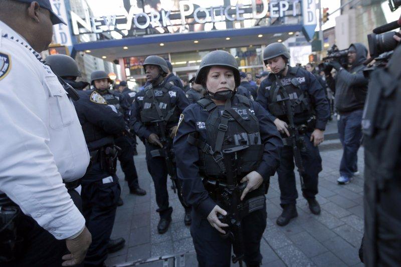 巴黎恐攻案後,警察在街頭戒備(美聯社)