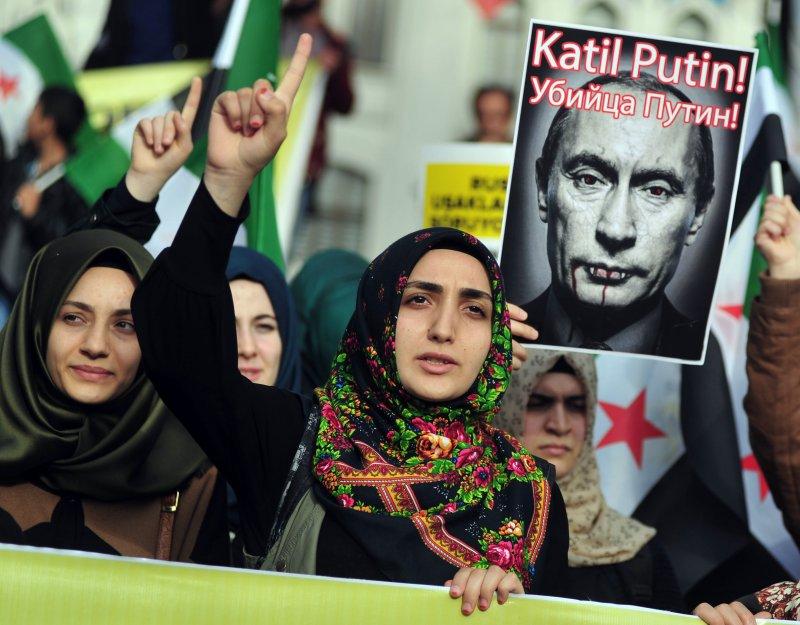 土耳其民眾手持普京肖像上街抗議(美聯社)