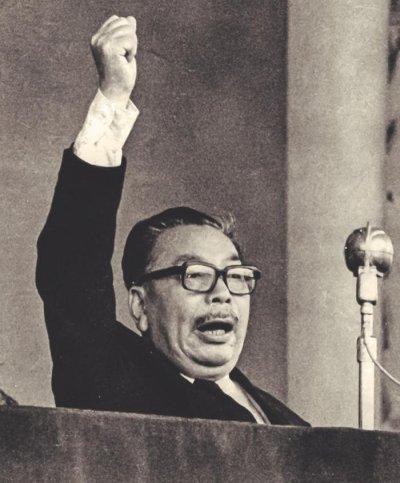 一九七五年蔣介石逝世,仍在戴孝期間的蔣經國帶領民眾高喊「中華民國萬歲」。(時報出版提供)