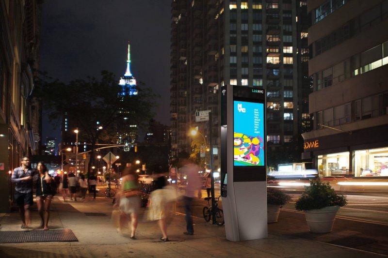 紐約的免費無線網路基地台,到了夜晚成了亮眼的廣告看板。(LinkNYC臉書)