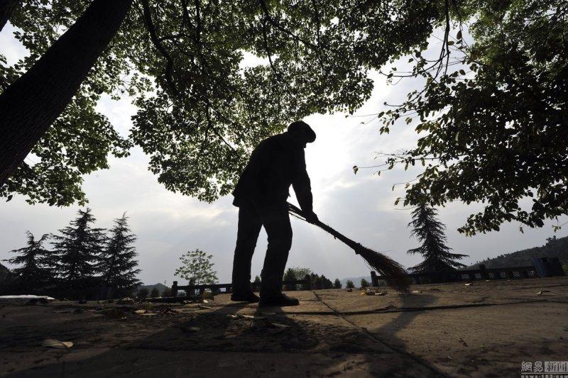 宋克成清掃墓園(取自網路)