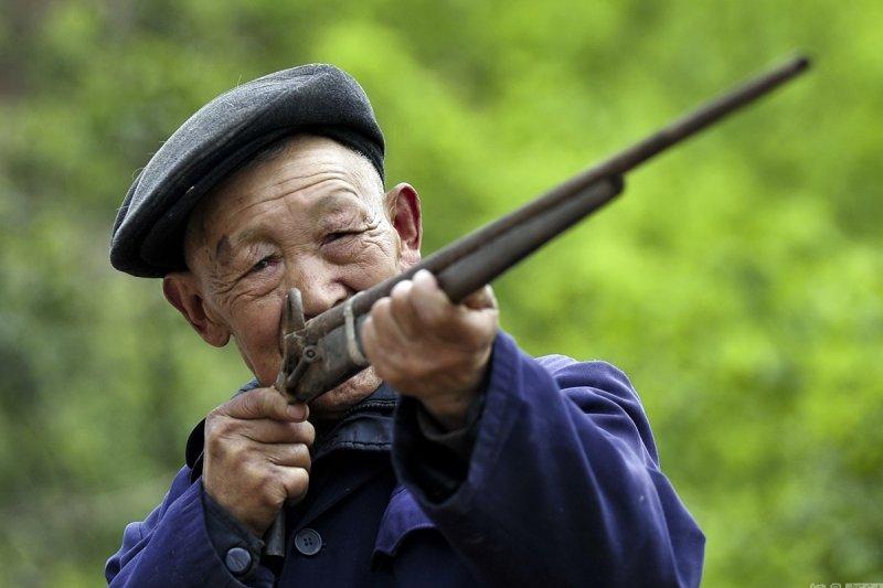宋克成展示守墓使用的火銃。(取自網路)