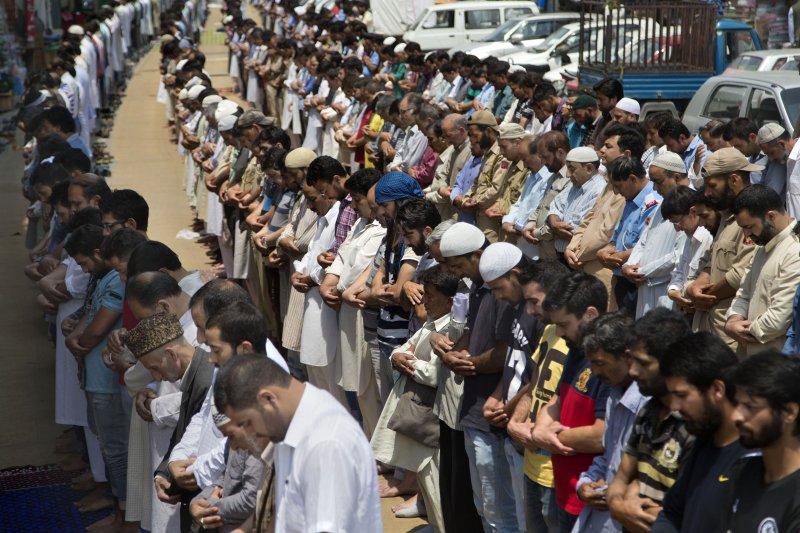 印度喀什米爾的穆斯林在齋戒月期間從事禮拜。(美聯社)