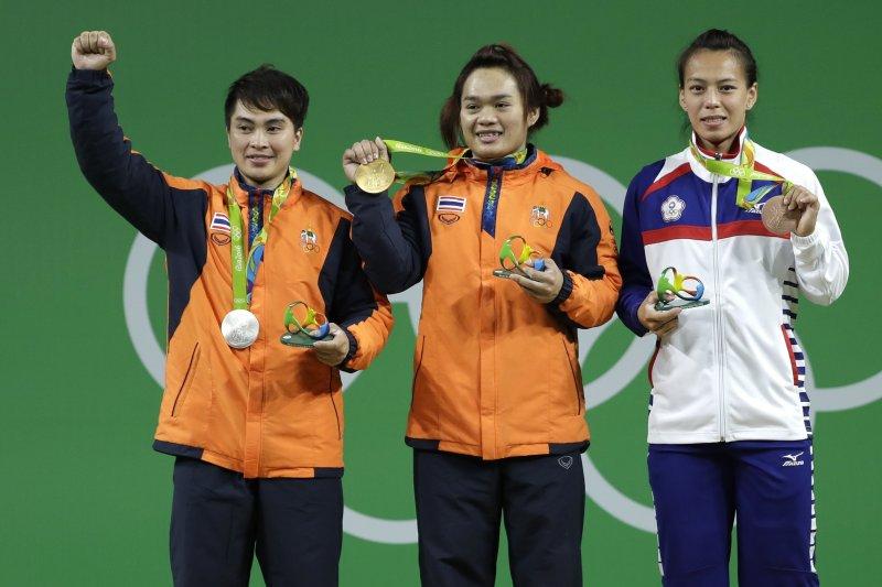 台灣阿美族舉重女將郭婞淳(右)在巴西里約奧運奪得銅牌。(美聯社)