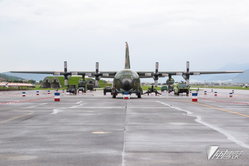 20160811-花蓮空軍基地11日搶先開放給當地居民及媒體參訪,圖為現場展示C-130H運輸機。(顏麟宇攝)