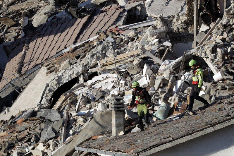 義大利中部山區24日凌晨3時36分發生芮氏規模6.2的大地震,災情慘重。(美聯社)