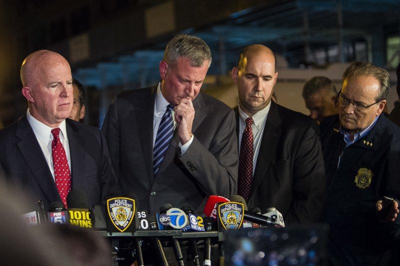 美國紐約市長白思豪(左2)表示,有人蓄意犯案,但沒有跡象顯示是恐攻。(美聯社)