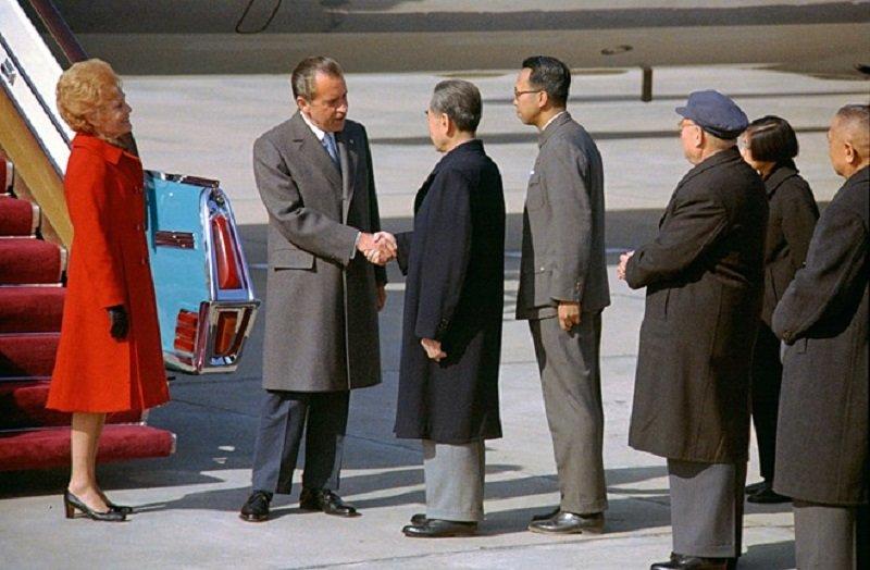 1972年尼克森到達北京後,與中華人民共和國國務院總理周恩來握手。(維基百科)
