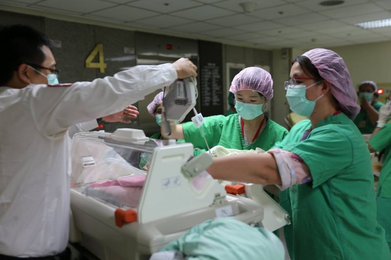 2016-10-18-台大醫療團隊合力完成情況「窮兇惡極」的植入性胎盤手術02-取自施景中臉書