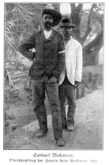 率領赫雷羅人起義的首領瑪哈雷羅(Samuel Maharero,左)(圖/維基百科公有領域)
