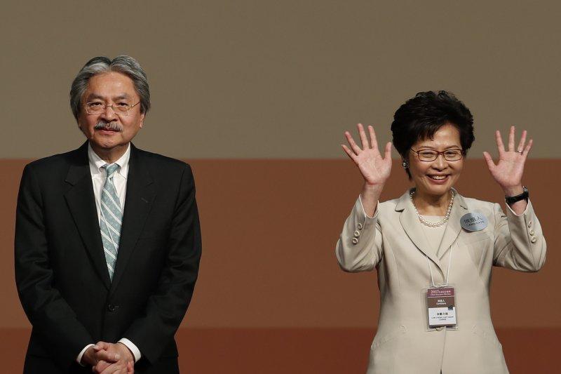 香港政務司前司長林鄭月娥(右)26日當選香港一位女性特首,左為落敗的前財政司長曾俊華。(AP)