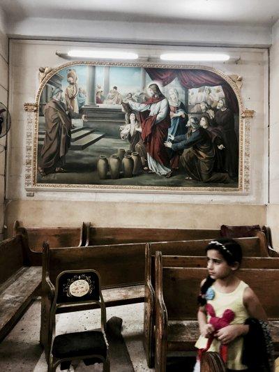 一個小女孩站在遭攻擊的教堂內。(美聯社)